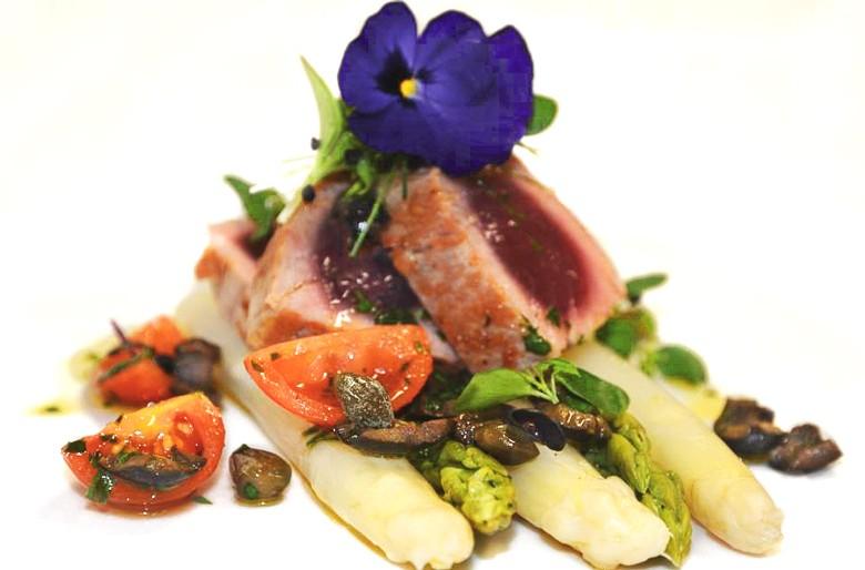 Tagliata vom Thunfisch auf geschmortem Spargel
