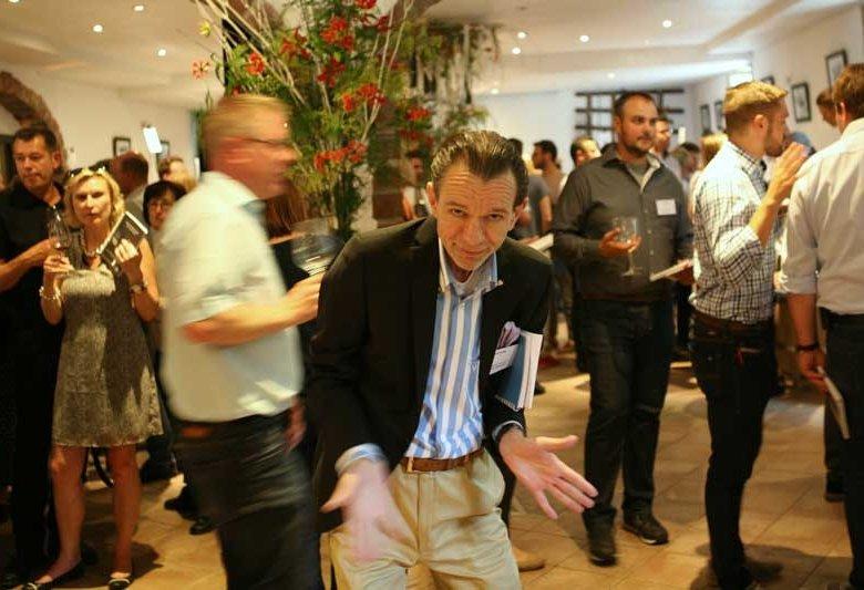 Uwe Warnecke (Mitte), der unermüdliche Organisator der VÉRITABLE in voller Aktion.