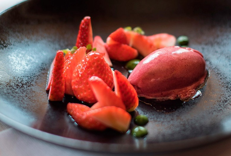 Molke-Rhabarbersorbet mit marinierten Erdbeeren - Weinempfehlung dazu: Einen blitzsauberen fast kristallenen Dessertwein