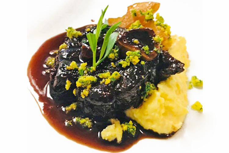 Wild und würzig: Geschmorte Hirschhaxen mit schwarzen Kirschen, Estragon und Nelken - dazu ein kräftiger pfeffriger Rotwein