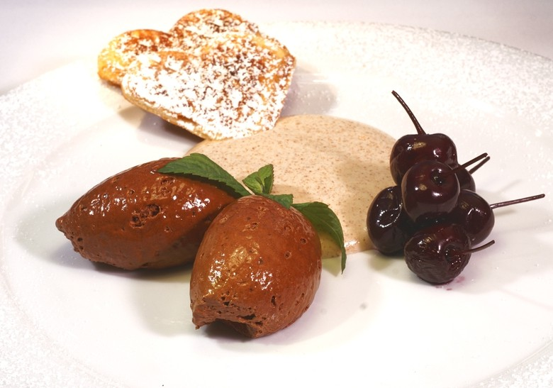 Schokoladenmousse mit Nusswaffeln