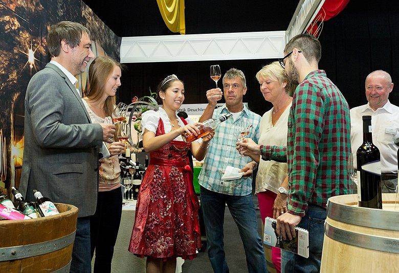 Die Oberkircher Weinprinzessin Eva Harter gab Besuchern der Messe fachkundige Auskunft über badische Weine.  Quelle: Messe Offenburg / BRAXART