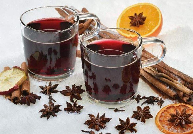 Wärmt in der kalten Jahreszeit auf dem Weihnachtsmarkt oder zu Hause: Glühwein vom Winzer.