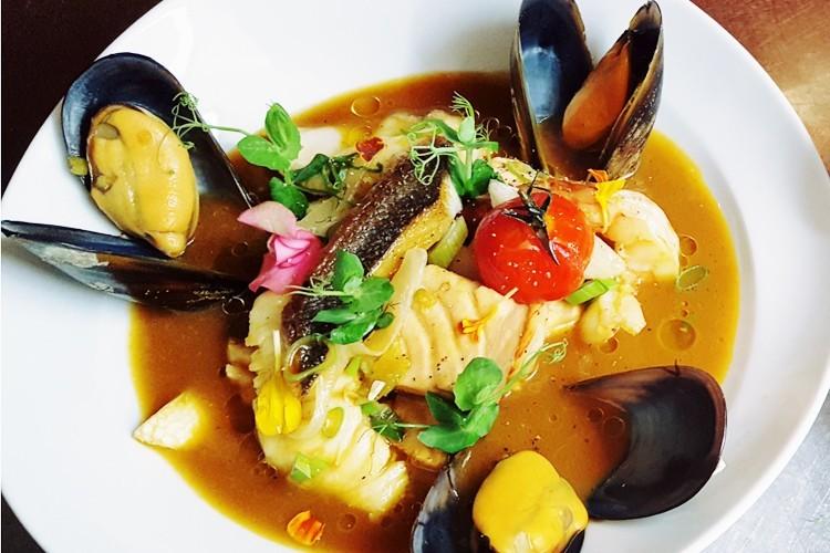 Bouillabaisse von Edelfischen, Krustentier und Muschel