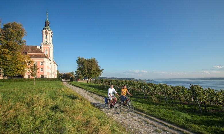 Aktivurlaub in Deutschland – das Weinland Baden per Rad oder Wandern erleben. Im Bild der Bodenseeradweg bei der berühmten Barock-Kirche Birnau mit phantastischem Blick über den Bodensee. Foto: Thomas Bichler