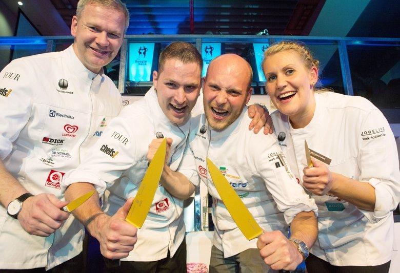 Die beiden Sieger in der Mitte: rechts Simon Stirnal, links Jens Hildebrandt, eingerahmt von ihren Assistenten.