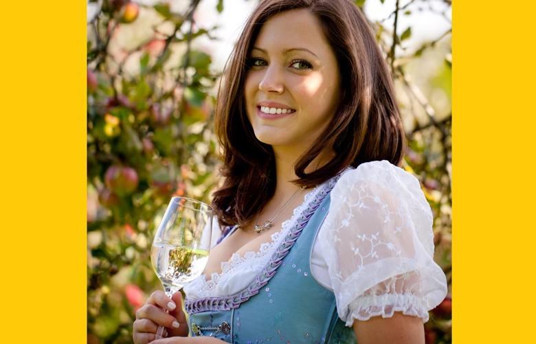 Dirndl im Trend und top für flotte Weinfreundinnen und Winzerinnen - die Modeidee für Weinfeste und Gäste oder allein zu zweit