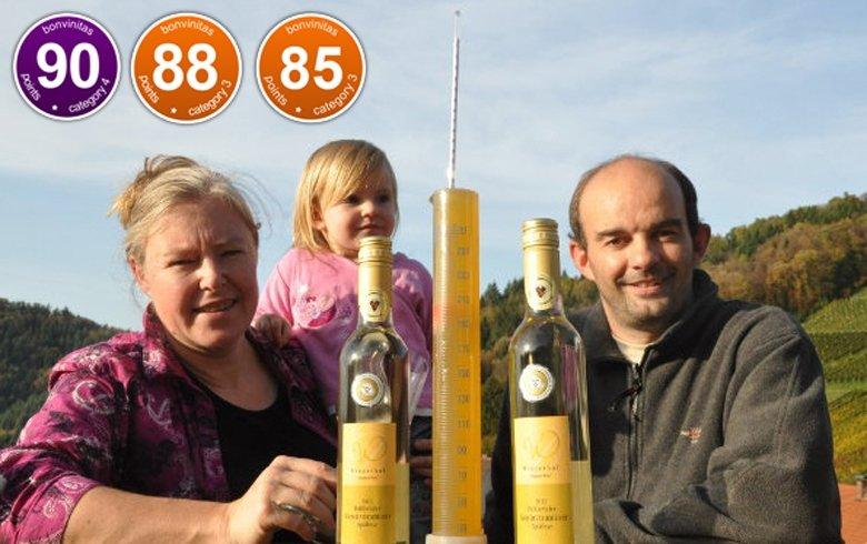 Freuen sich über hohe Mostgewichte: Dagmar und Bernd Doll mit Tochter.