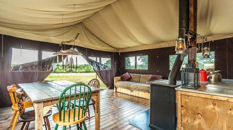 Korsika mit WiesenBett – der ebenso urige wie komfortable Glamping-Urlaub neues Ziel: Figari im Süden Korsikas – grandiose Landschaft, schöne Strände, gute Weine und vieles mehr. Blick in ein Luxus-Lodge-Zelt.