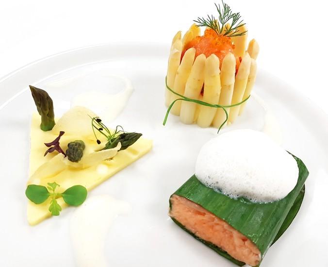 Lachsfilet im Bananenblatt mit Spargel-Forellen-Kaviar-Charlotte