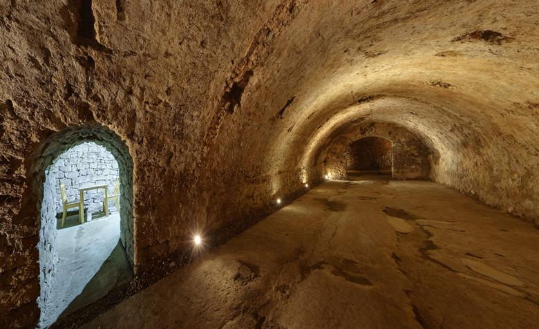 Historischer Braukeller in Mainz zu mieten, einmalige Gelegenheit für Weinbruderschaften, Weinfreunde oder als Schatzkammer, zusammen 400 qm. Hier der Hauptraum mit Blick in den Kaminraum