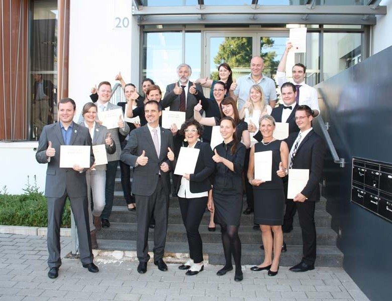 Geschafft: Alexander Kohnen, (vordere Reihe, 2. von links) und Prof. Dr. Otmar Löhnertz (hintere Reihe, 4. von rechts)  mit den erfolgreichen Absolventen der Commis-Sommelier- und IHK-Sommelier-Lehrgänge 2014