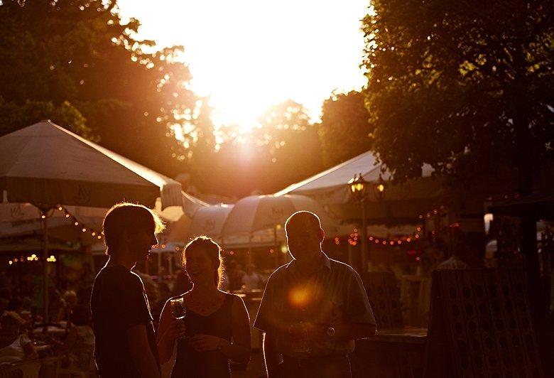 Der Mainzer Weinmarkt lockt im August und September in den Stadtpark und Rosengarten. Foto: Rheinhessenwein e.V. / Robert Dieth (www.dieth.com)