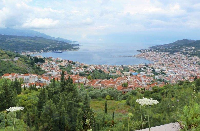 Blick auf die Inselhauptstadt Vathi.